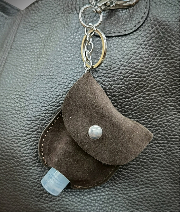 Gel-carrying leather keychain - cafe