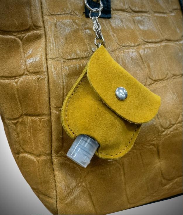 Llavero en piel porta gel - amarillo